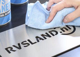 RVS cleaner met naambord - RVS Blog
